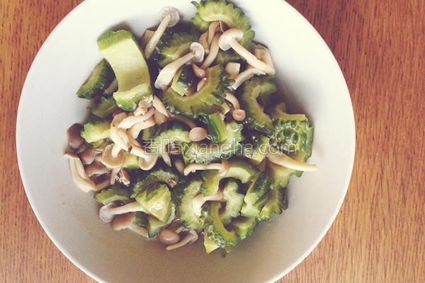 山苦瓜炒海鲜菇的做法