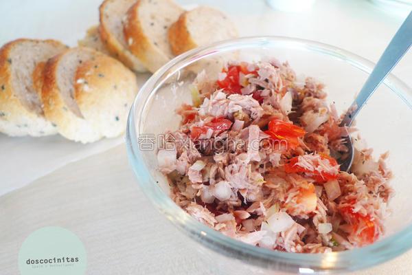 洋葱鲔鱼拌一拌的做法