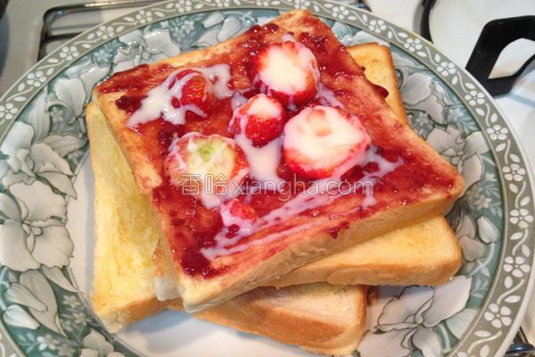 新鲜草莓炼乳吐司的做法