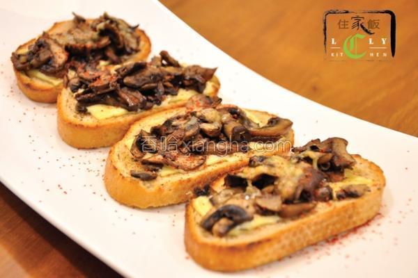蘑菇烤面包的做法