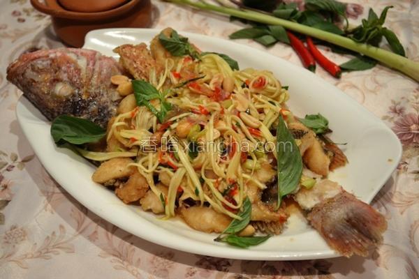 泰式炸鱼伴青芒果的做法