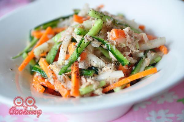 双椒鲔鱼凉拌时蔬的做法