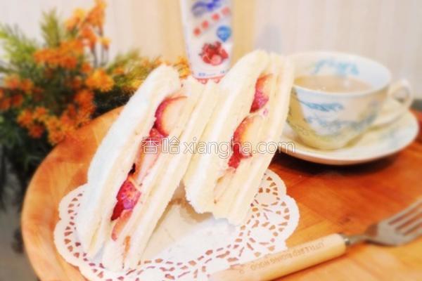 甜蜜蜜草莓三明治的做法