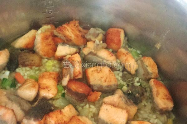 鲑鱼蔬菜炊饭的做法