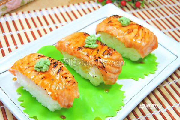 炙烧鲑鱼握寿司