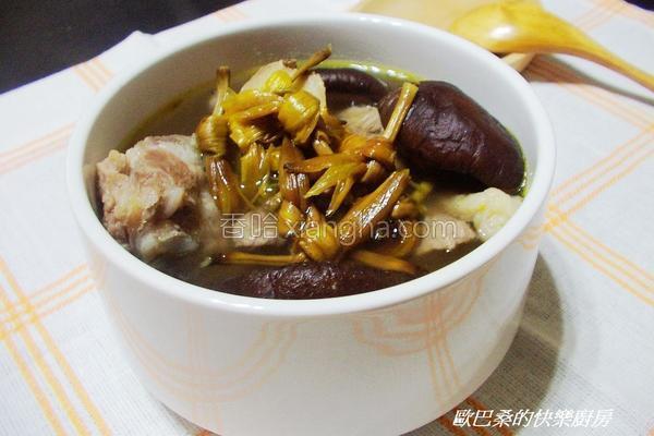 金针香菇排骨汤的做法