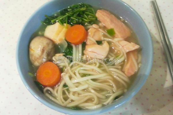 家常鲑鱼蔬菜面的做法