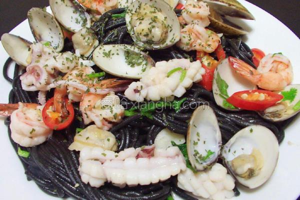 海鲜墨鱼蒜辣面的做法
