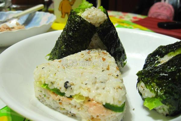 鲑鱼三角饭团的做法