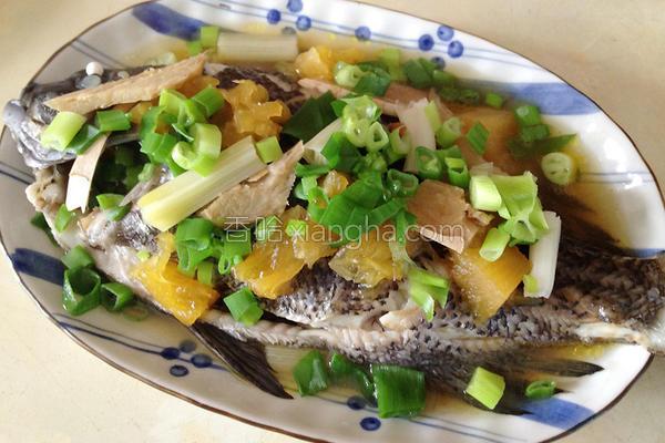 腌凤梨清蒸黑毛鱼的做法