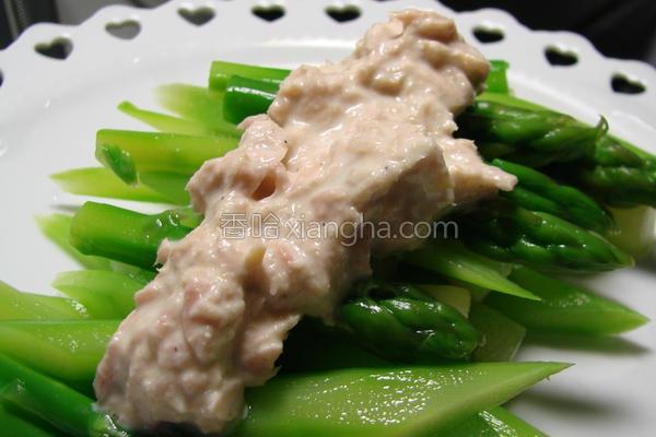 脆芦笋佐鲔鱼酱的做法