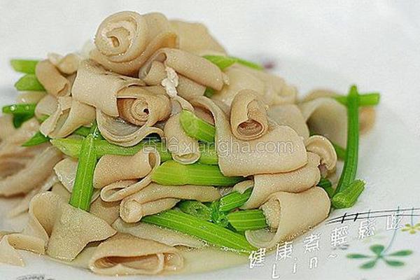 芹菜炒脆肠的做法