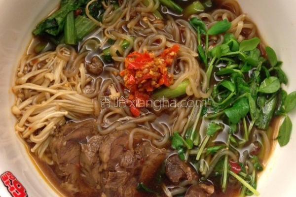 豌豆苗牛肉汤面的做法