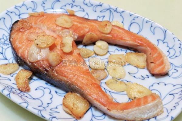 蒜香煎鲑鱼的做法