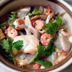 虾仁平菇豆腐煲
