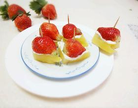 菠萝色拉酱草莓甜点