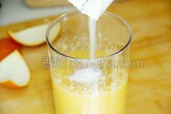鲜榨蜜梨香橙汁的做法图解11