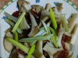 猪肚菇炒香肠的做法[图]