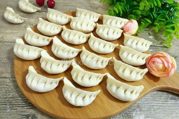 月牙形饺子的包法