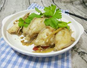黄豆酱焖煮扒皮鱼